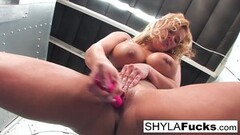 Blonde Shyla Stylez toys her pussy Thumb